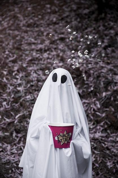 Ghost avec boîte de pop-corn et pop-corn tombant dans l'air Photo gratuit