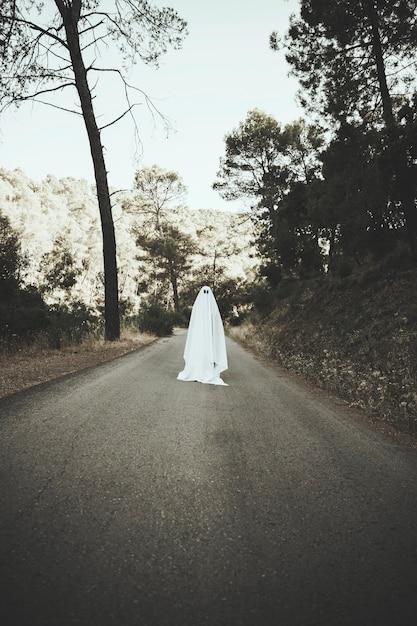 Ghost debout sur la route de la campagne Photo gratuit