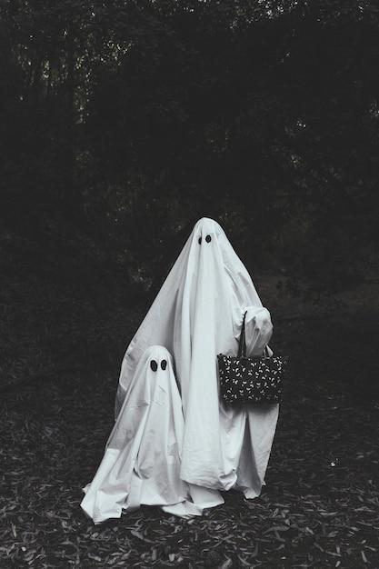 Ghost avec un enfant dans les bois Photo gratuit