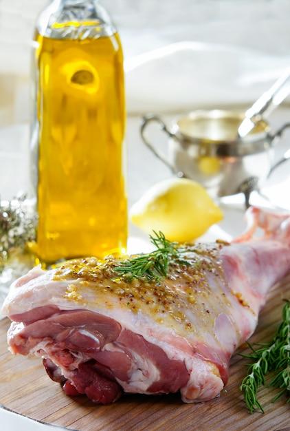 Gigot d'agneau cru à la marinade Photo Premium