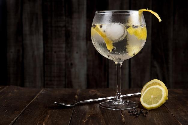Gin tonic sur la table en bois Photo Premium