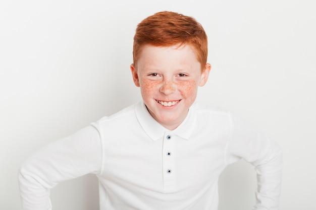Ginger boy avec une expression heureuse Photo gratuit