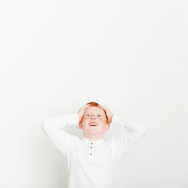 Ginger boy avec une expression surprise Photo gratuit