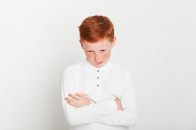 Ginger garçon aux bras croisés Photo gratuit