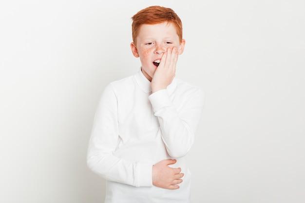 Ginger garçon avec expression ennuyée Photo gratuit