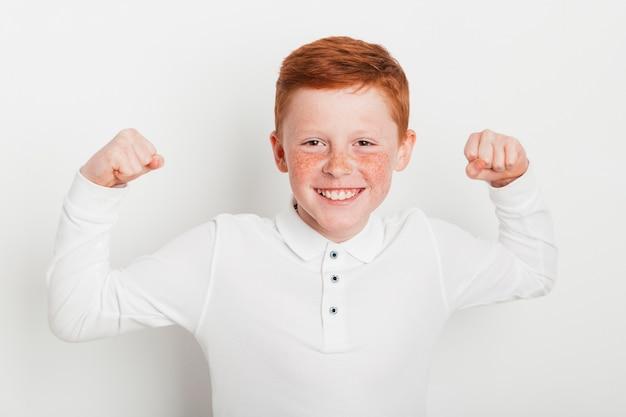 Ginger garçon fait un geste fort Photo gratuit