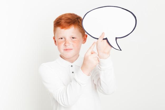 Ginger garçon tenant une bulle de dialogue Photo gratuit