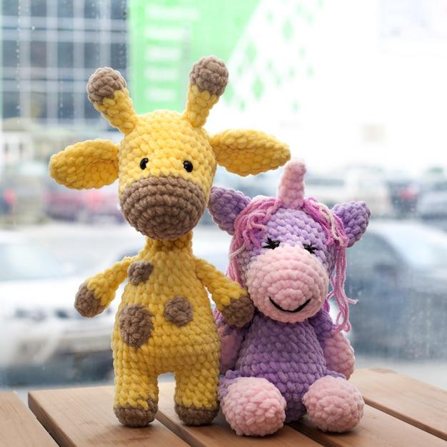Girafe Jaune Amigurumi Au Crochet Et Licorne. Jouet Fait Main Tricoté. Photo Premium