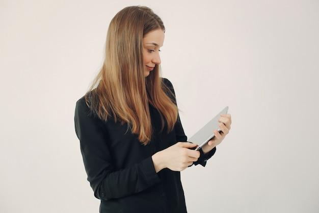 Girl, Debout, Blanc, Mur, Ordinateur Portable Photo gratuit