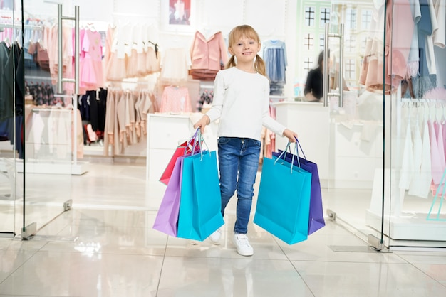Girl, Garder Sacs, Et, Regarder Appareil-photo, Quoique, Achats Photo gratuit