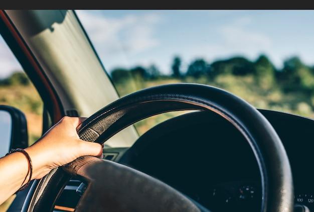 Girl Hand Driving Van Volant Photo Premium