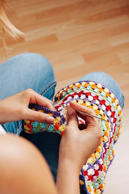 Girl Knitting Photo gratuit