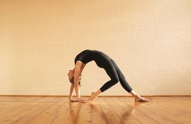 Girl, stretching, entrer, pose yoga Photo Premium