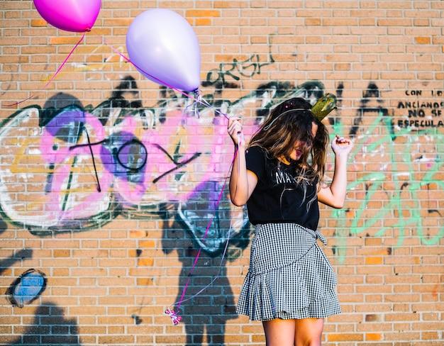 Girl, Tenue, Ballons, Devant, Mur Graffiti Photo gratuit