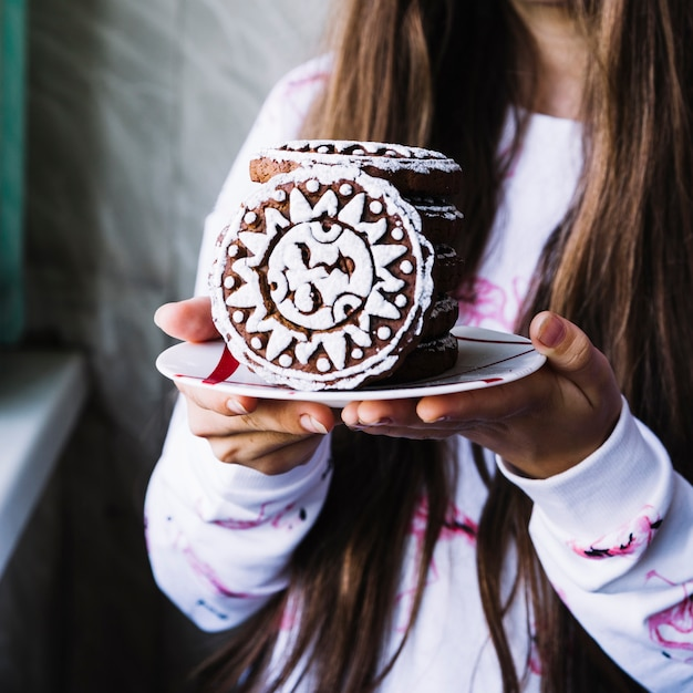 Girl, tenue, glace, biscuits, sur, plaque Photo gratuit