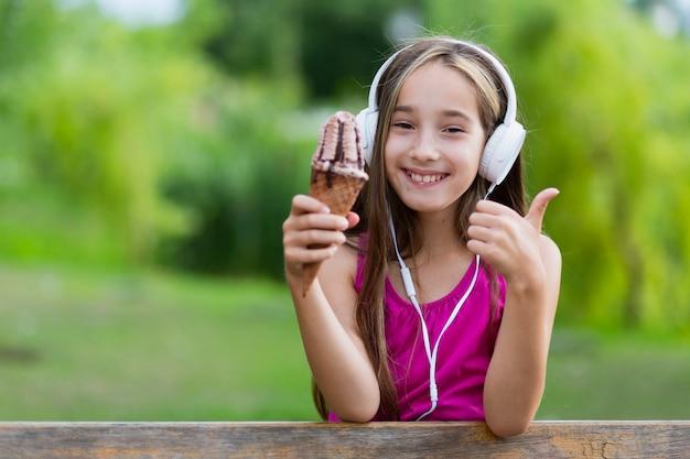 Girl, tenue, glace, donner, pouces haut Photo gratuit