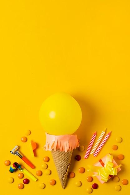 Glace ballon jaune avec espace de copie Photo gratuit
