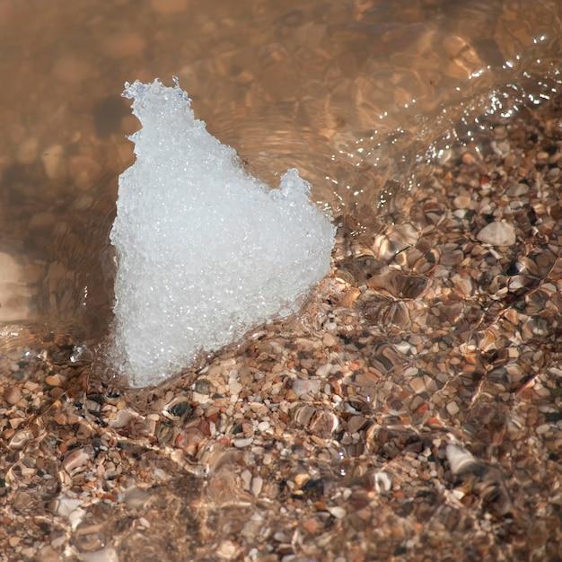 Glace sur le bord du rivage à winnipeg, beach, manitoba, canada Photo Premium