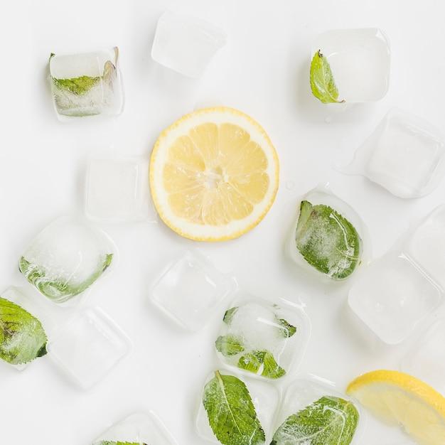Glace Et Citron Sur Fond Blanc Photo Premium