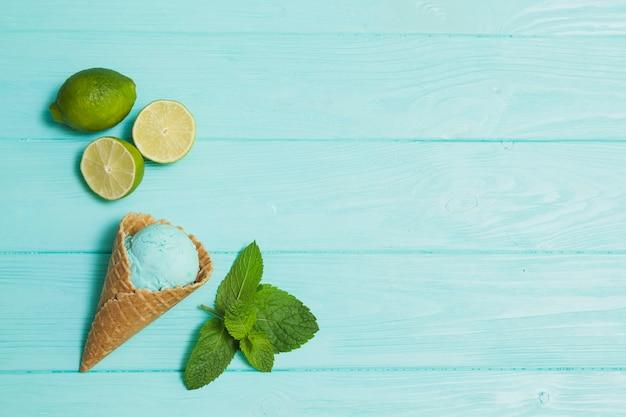 Glace entre citron vert et menthe Photo gratuit