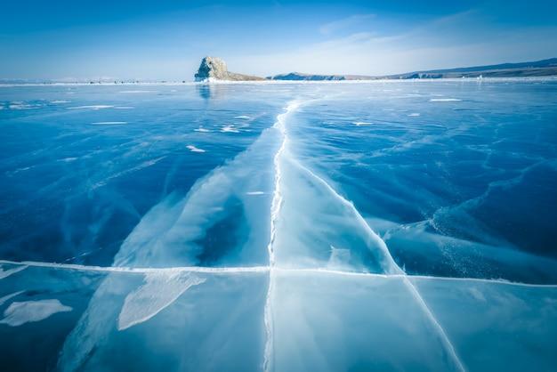 Glace naturelle dans l'eau gelée au lac baïkal, en sibérie, en russie. Photo Premium