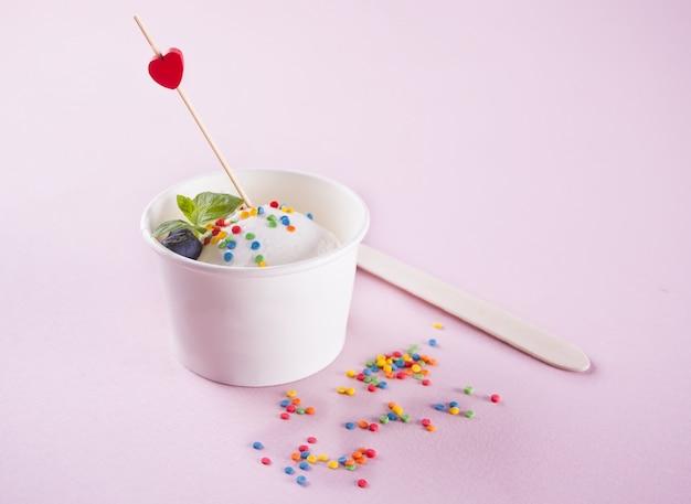 Glace à la vanille avec feuille de menthe, fraises et myrtilles rose Photo Premium