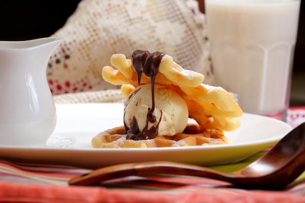Glace vanille avec gaufres et chocolat Photo Premium