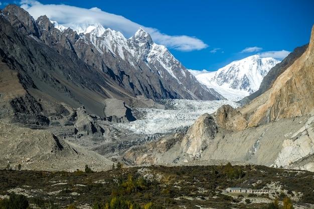 Glacier de passu entouré de montagnes dans le karakoram. gilgit-baltistan, pakistan. Photo Premium