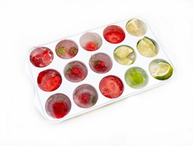 Glaçons aux fraises citrons et citron vert Photo Premium
