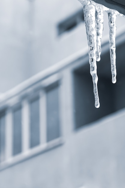 Glaçons Sur Le Balcon, Fond Urbain. Saison D'hiver, Glaçon Transparent Sur La Fenêtre. Photo Premium
