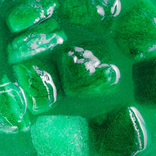 Glaçons dans une boisson verte Photo gratuit
