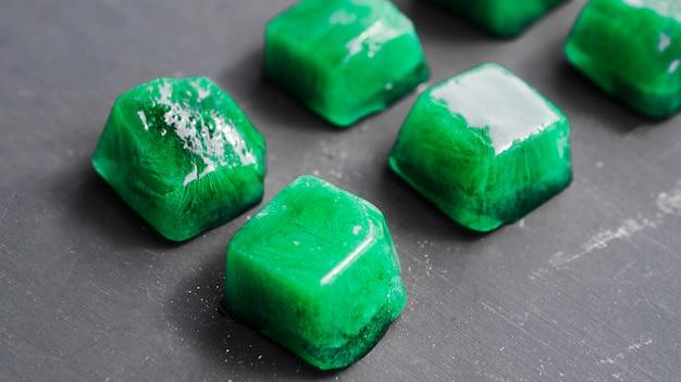 Glaçons verts alignés en rangées Photo gratuit