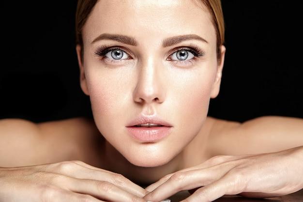 Glamour Sensuel Modèle Belle Femme Avec Un Maquillage Quotidien Frais Avec Des Lèvres Nues Et Un Visage De Peau Saine Et Propre Photo gratuit
