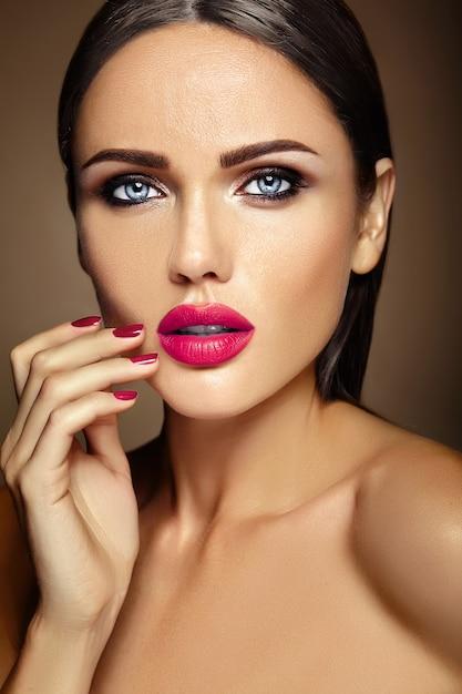 Glamour Sensuel Portrait Chaleureux De Belle Femme Modèle Femme Avec Un Maquillage Quotidien Frais Avec Des Lèvres Roses Et Une Peau Propre Et Saine Photo gratuit