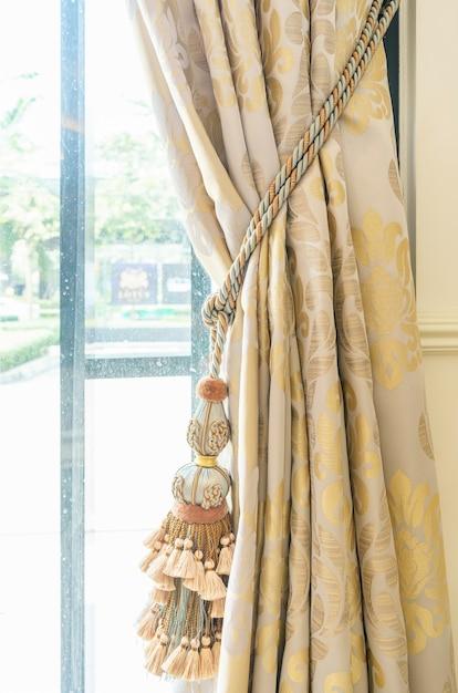 Gland de rideaux pour la maison intérieure de luxe partie d'un rideau magnifiquement drapé Photo Premium