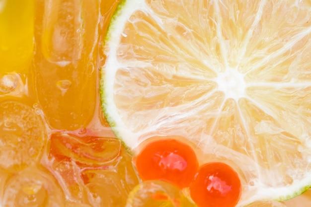 Glissade de citron glacée et boule sucrée Photo Premium