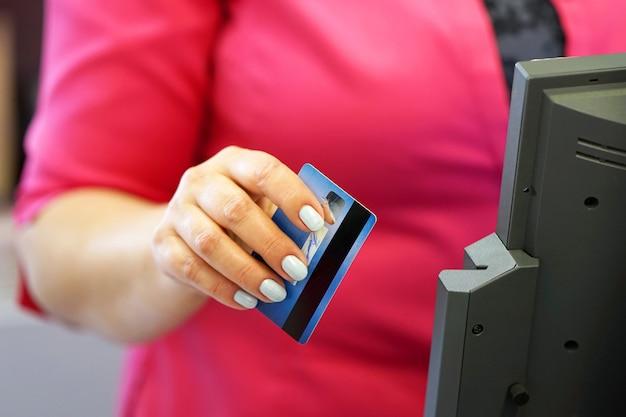 Glisser La Carte De Crédit Dans Un Reade Photo Premium