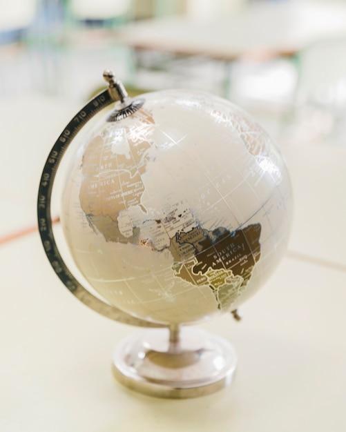 Globe artistique blanc et argent sur le bureau Photo gratuit