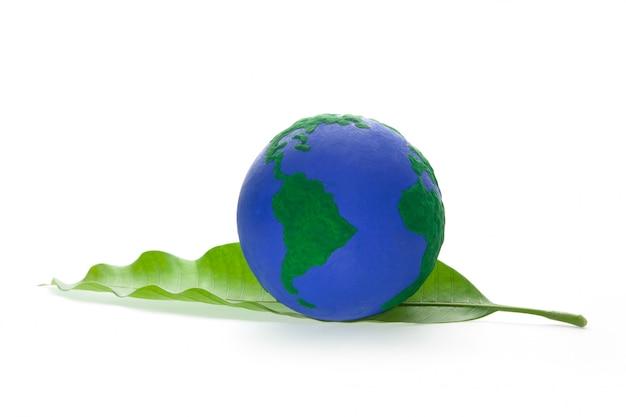 Globe sur feuille verte Photo Premium
