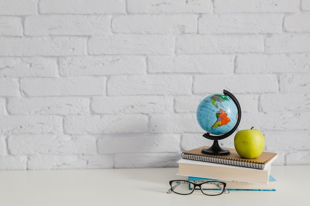 Globe mondial, livres, pomme et lunettes Photo gratuit