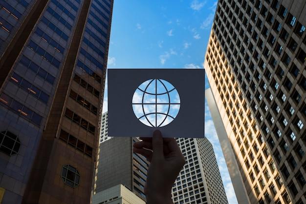Globe de papier perforé de technologie de réseau de globalisation Photo gratuit