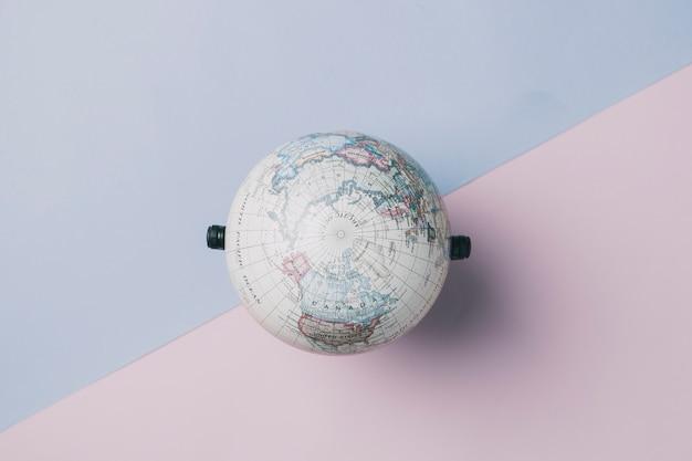 Globe sur rose et bleu Photo gratuit