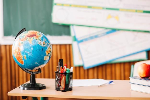 Globe sur la table de l'enseignant Photo gratuit