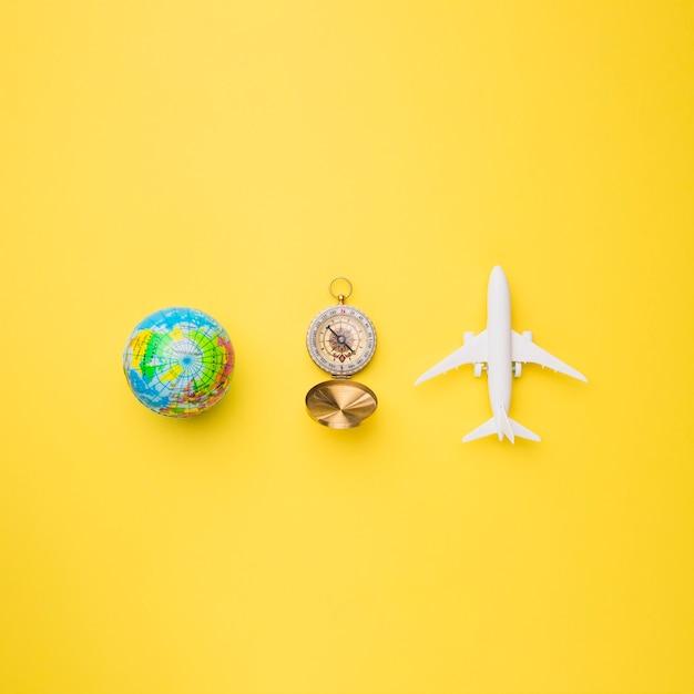 Globe terrestre, boussole et avion jouet Photo gratuit