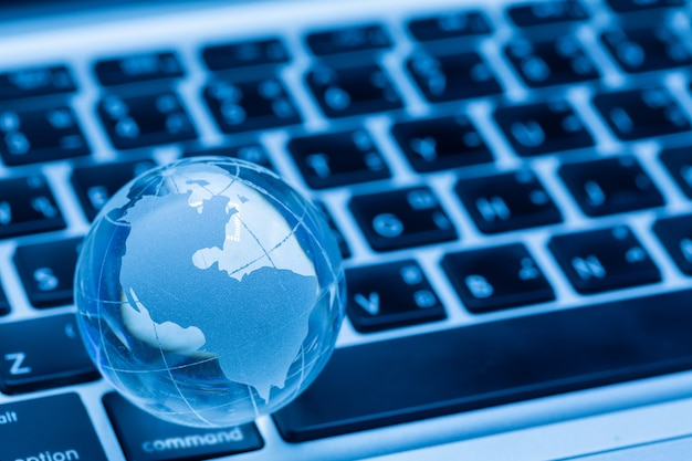 Globe terrestre et clavier d'ordinateur Photo gratuit