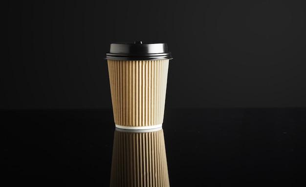Un Gobelet En Carton à Emporter Fermé Avec Des Bouchons Isolés Sur Fond Noir Et En Miroir. Présentation Au Détail Photo gratuit