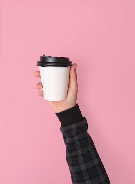 Gobelet en papier café. maquette pour la conception créative marque pas de fond rose. Photo Premium