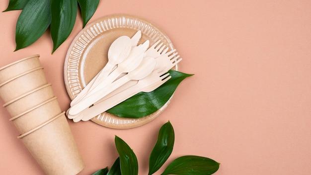 Gobelets Et Couverts En Papier Zéro Déchet Avec Feuilles Photo Premium