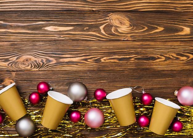 Gobelets en papier avec des boules sur la table Photo gratuit