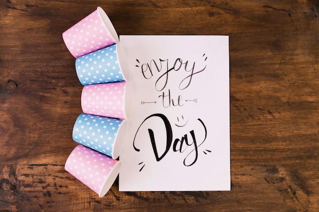 Gobelets en papier et carte de voeux Photo gratuit